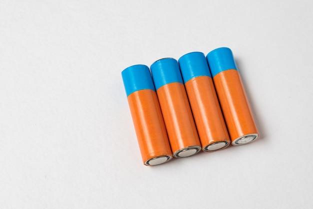 Vier generische aa-batterien auf weißem hintergrund. speicherplatz kopieren
