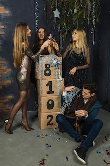 Vier glückliche freunde, die 2018 feiern