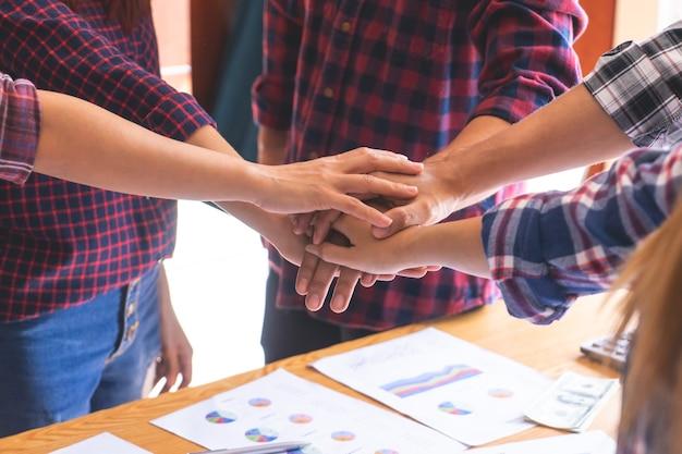 Vier hand zusammen im geschäftstreffen für team-konzept