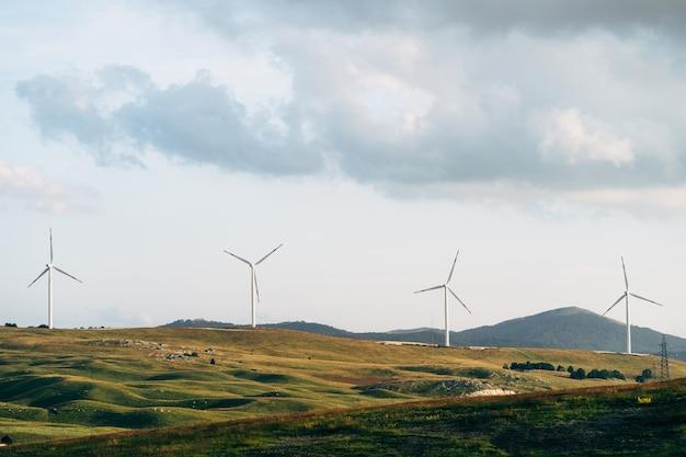Vier hochindustrielle windkraftanlagen im feld