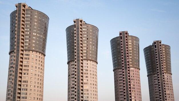 Vier hohe identische häuser gegen den himmel