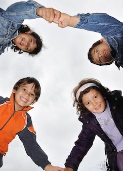 Vier junge kinder, die hände anhalten