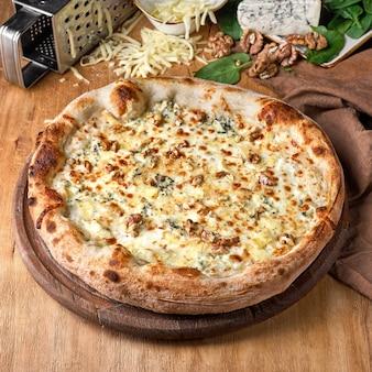 Vier-käse-pizza oder quattro formaggi pizza mit tomatensauce mozzarella gorgonzola