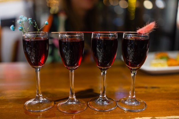 Vier klassische shot-cocktails an der bar. nahaufnahme.
