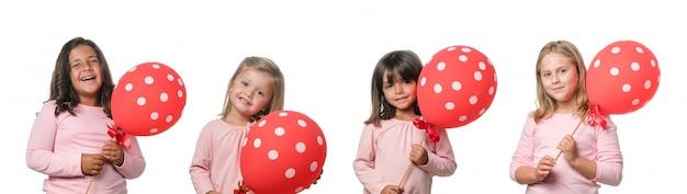 Vier kleine mädchen mit rotem ballon
