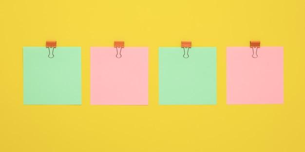 Vier leere aufkleber, planungskonzept. leerer platz für text, kopierplatz. buntes briefpapier mit stiften.