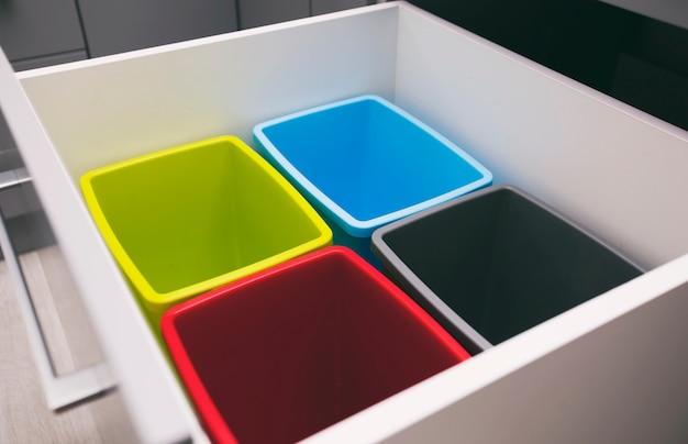 Vier leere plastikmülleimer zum sortieren von müll