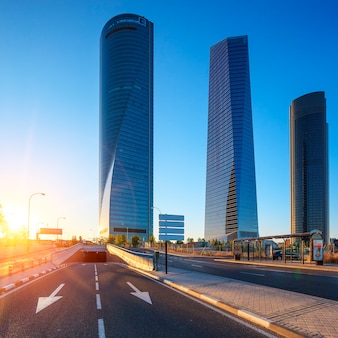 Vier moderne wolkenkratzer bei sonnenaufgang madrid, spanien
