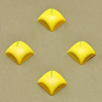 Vier quadratische gelbe süßigkeiten auf einem leuchttisch