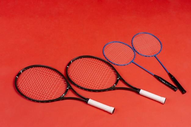 Vier schläger. schläger für tennis und badminton