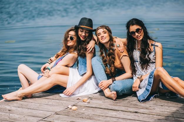 Vier schöne mädchen am strand