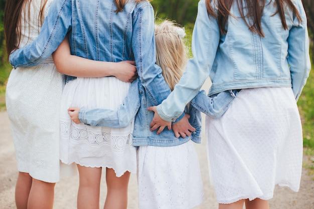 Vier schöne schwestern für immer zusammen. sich umarmen