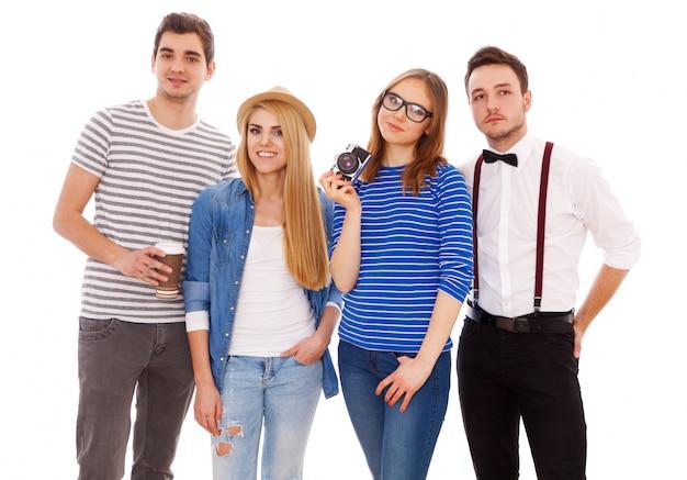 Vier stilvolle junge leute auf weißem hintergrund