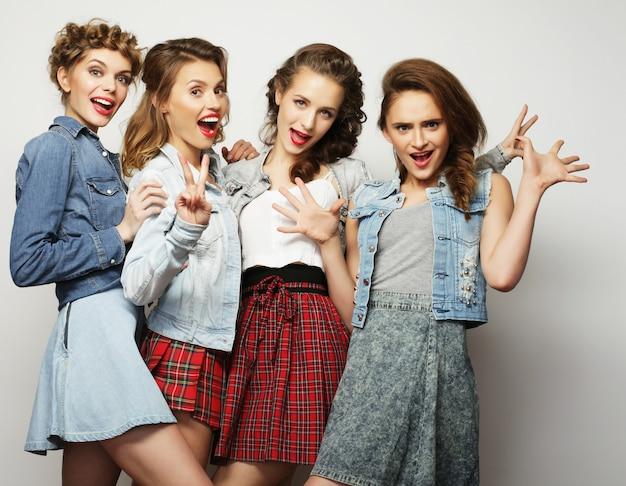 Vier stilvolle sexy hipster-mädchen beste freunde