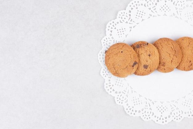 Vier süße kekse auf weißem tisch.