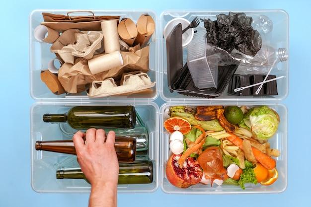 Vier transparente behälter mit müll