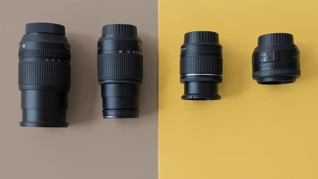 Vier verschiedene berufskameraobjektive auf doppeltem hintergrund