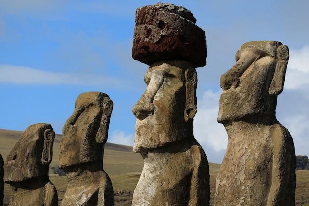 Vier von fünfzehn großen moai-statuen von ahu tongariki, osterinsel, chile
