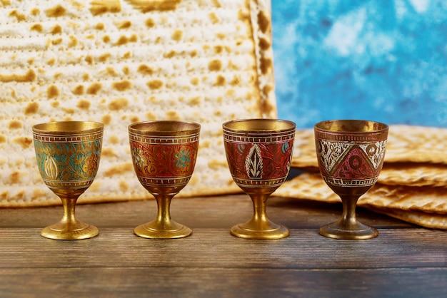 Vier weinbecher mit matze. jüdische feiertage pessach.