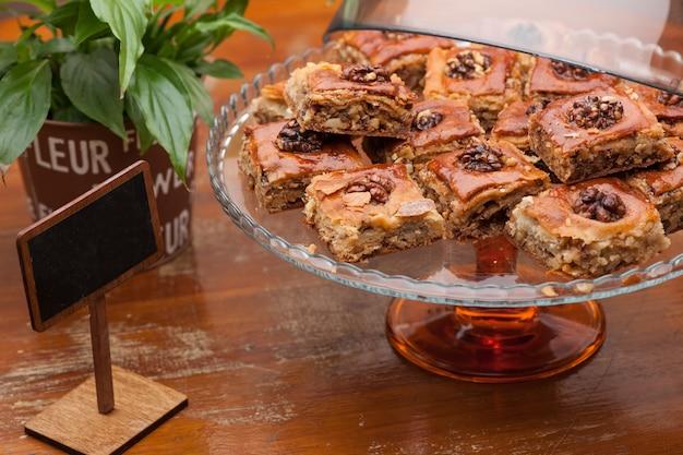Viereckige kekse mit nüssen in einer glasvase und einem blumentopf