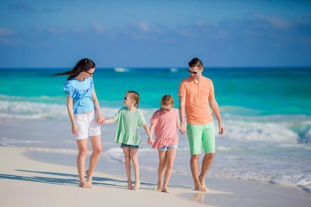 Vierköpfige familie an einem tropischen strand
