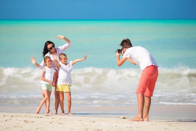 Vierköpfige familie, die ein selfie foto an ihren strandferien macht. familienstrandurlaub