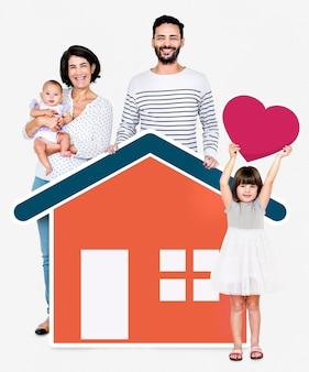 Vierköpfige familie in einem liebevollen zuhause