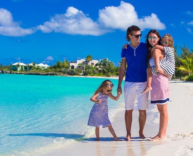 Vierköpfige familie mit zwei kindern während der strandferien