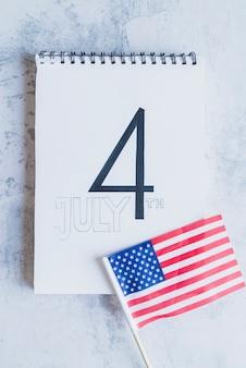 Viertel des juli-zeichens und der amerikanischen flagge