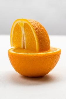 Viertel orange auf hälfte orange. nahansicht