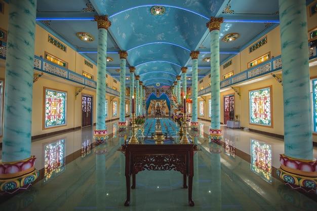 Vietnam - februar 2016 - inside cao dai tempeltempel in vietnam