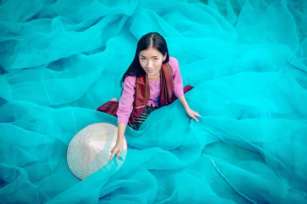 Vietnam fischer reparieren fischernetze fischer reinigen thailändische fischernetze