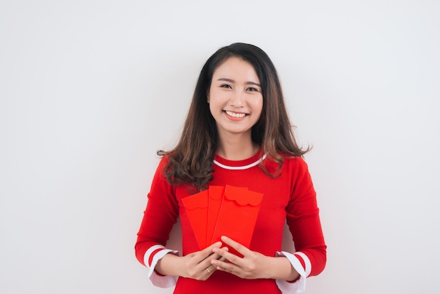 Vietnamesin mit glücklichen geldumschlägen für das neue mondjahr