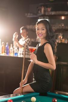 Vietnamesische dame in der bar