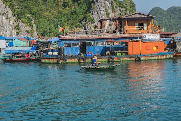 Vietnamesische fischer im boot bei ha long bay, vietnam.