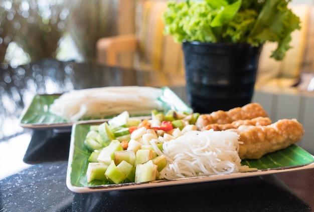 Vietnamesische fleischbrot wraps ist vietnam essen.