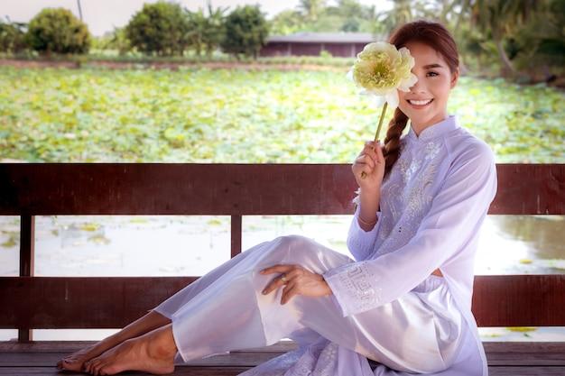 Vietnamesische frau mit großem lotos