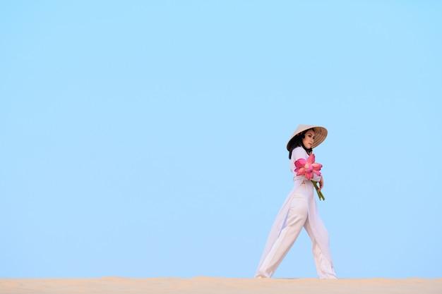 Vietnamesische frau mit traditioneller kleidung