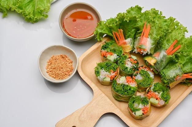 Vietnamesische frühlingsrollen mit asiatischer vorspeise, serviert mit dip-sauce im restaurant