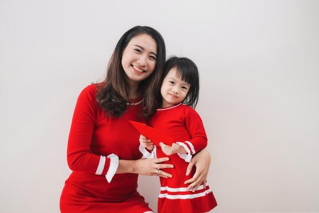 Vietnamesische mutter und tochter feiern das neue jahr zu hause. tet urlaub.