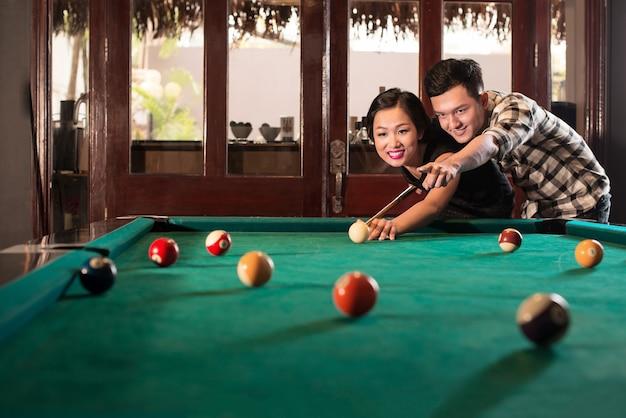 Vietnamesische paare, die pool spielen