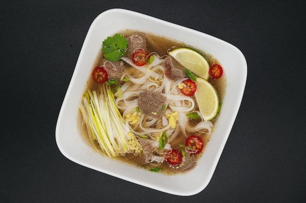 Vietnamesische pho bo nudelsuppe mit rindfleisch und gewürzen