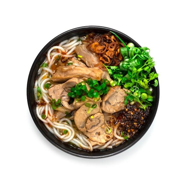 Vietnamesische reisnudelsuppe mit gedünsteter rindfleischschenkelscheibe serviert gemüse