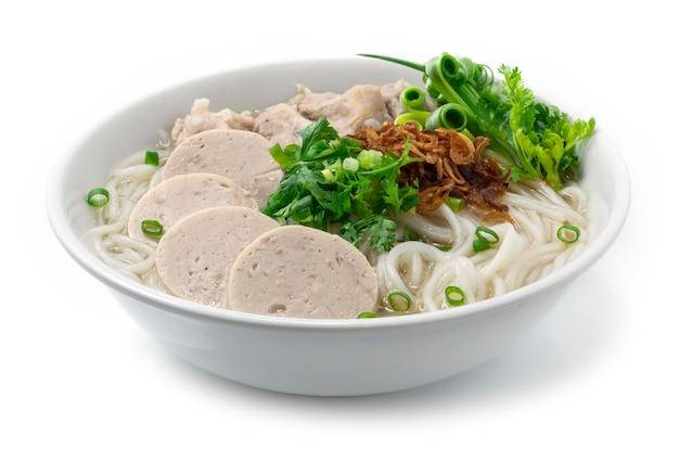 Vietnamesische reisnudelsuppe mit schweinerippchen und vietnamesischer wurst