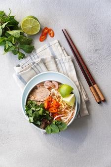 Vietnamesische rindfleischnudelsuppe scharf.