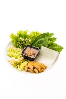Vietnamesische schweinefleischwurst und salat