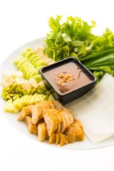 Vietnamesische schweinefleischwurst und -salat