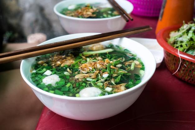 Vietnamesische suppe mit hühnerbällchen