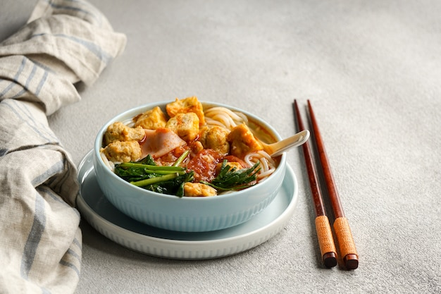 Vietnamesische traditionelle nudelsuppe canh bun