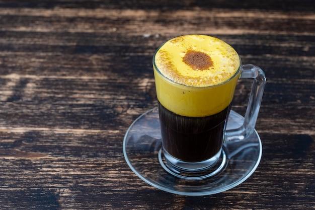 Vietnamesischer eierkaffee aus rohem eigelb und kondensmilch